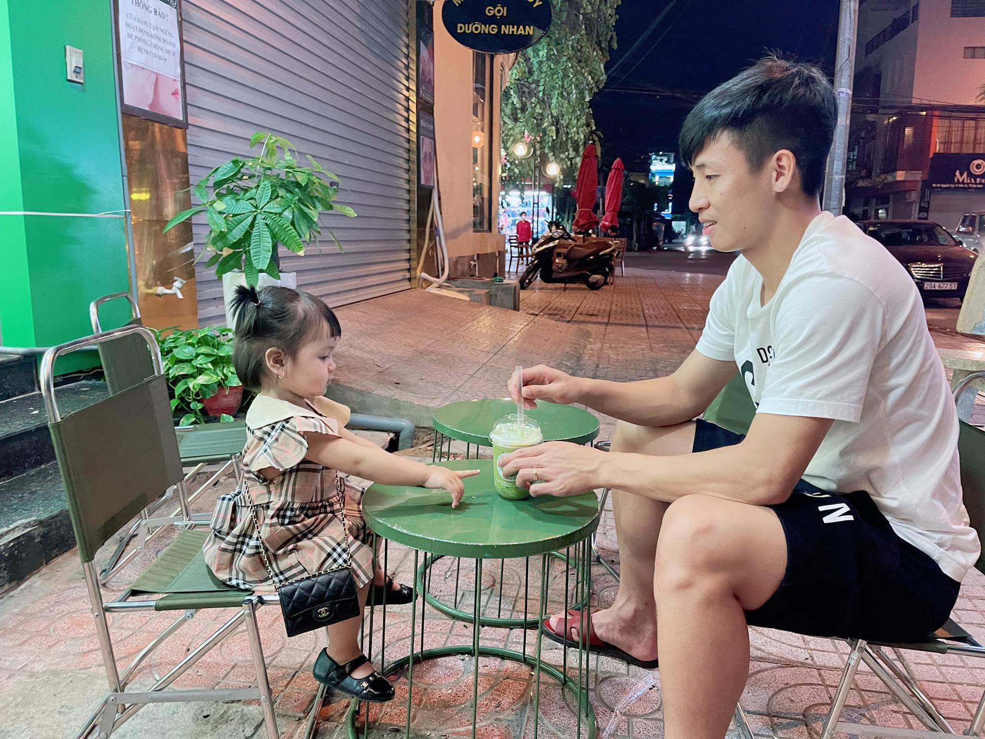 Bùi Tiến Dũng hot rầm rầm trên mạng nhưng bé Sushi con gái anh còn hot hơn: 19 tháng tuổi đã diện đồ hiệu đầy người, xinh xắn đáng yêu lại còn rất quấn bố - Ảnh 4.