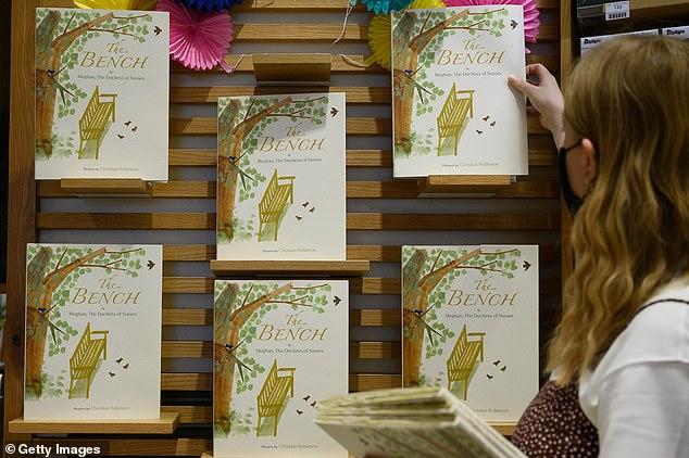 Cuốn sách đầu tay vừa ra mắt, Meghan Markle nhận thất bại thảm hại trước chị dâu Kate và bị độc giả lẫn chuyên gia chê bai tơi tả - Ảnh 1.