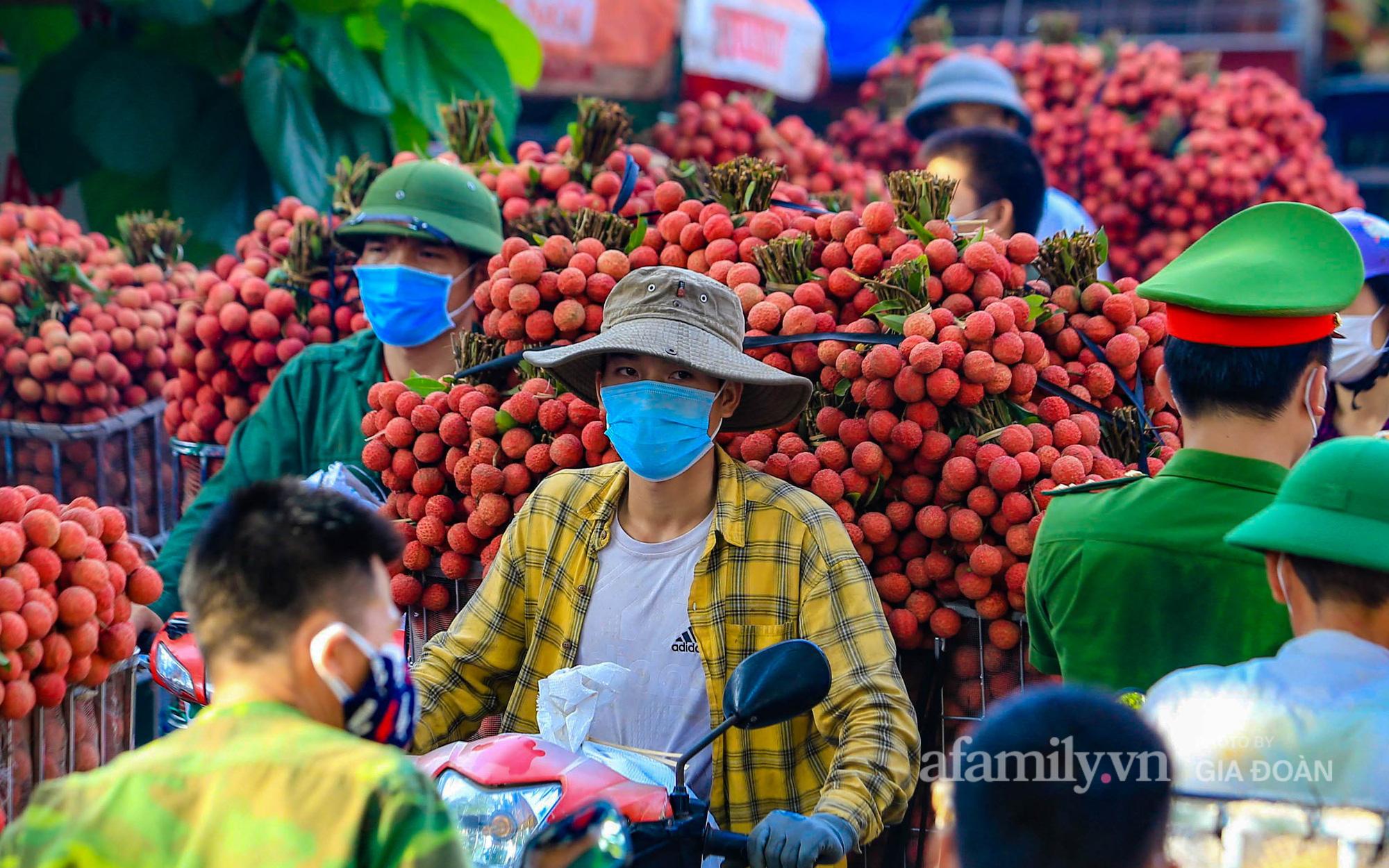"""Những con đường """"nhuộm"""" tràn sắc đỏ, chợ vải Bắc Giang nhộn nhịp vào mùa"""