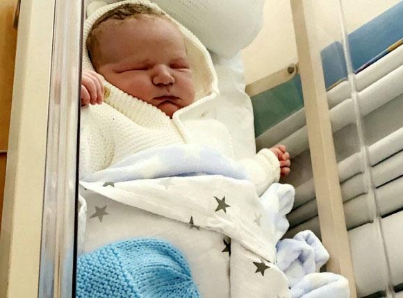 Sinh con xong, bà mẹ lo lắng khi thấy y tá nhao nhao bế em bé lên rồi lại đặt xuống và lý do bất ngờ - Ảnh 1.