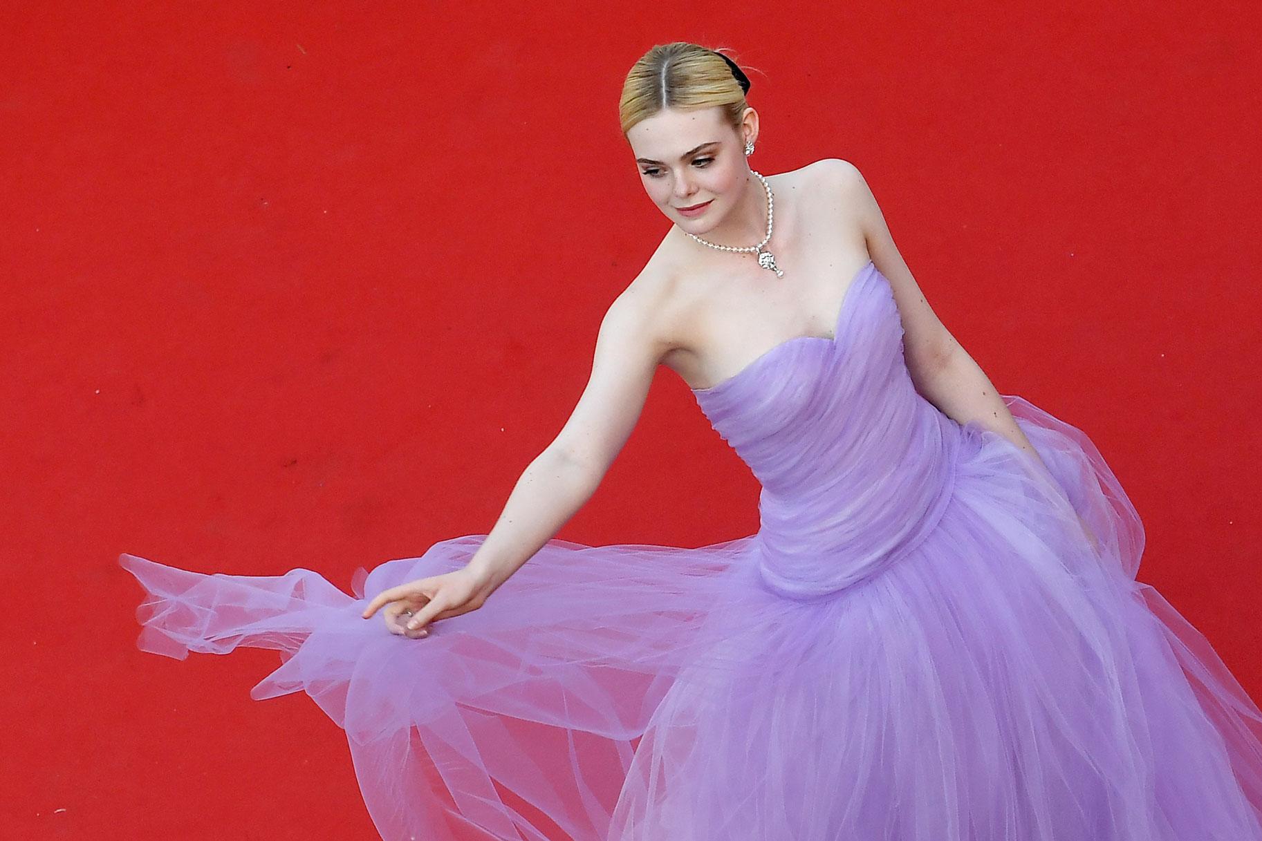 Lịch sử Cannes từng ghi dấu của 1 nàng tiên tím: Mỗi khoảnh khắc đều hóa cổ tích, từng ngất xỉu vì diện váy quá chật - Ảnh 1.