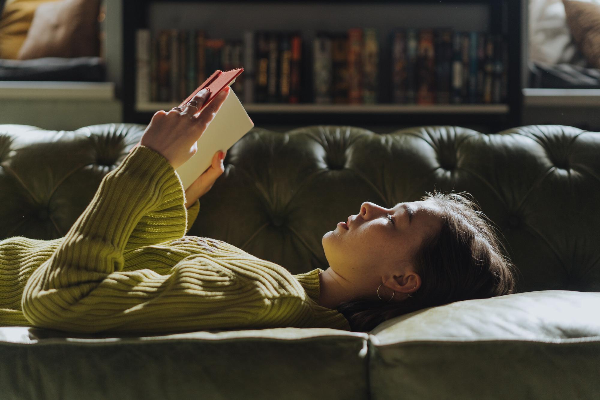 """Thời người ta """"dám"""" chi 85 triệu cho 1 cuốn sách và trend """"đóng cửa tĩnh lặng đọc sách"""" lên ngôi ngày Sài Gòn giãn cách! - Ảnh 3."""