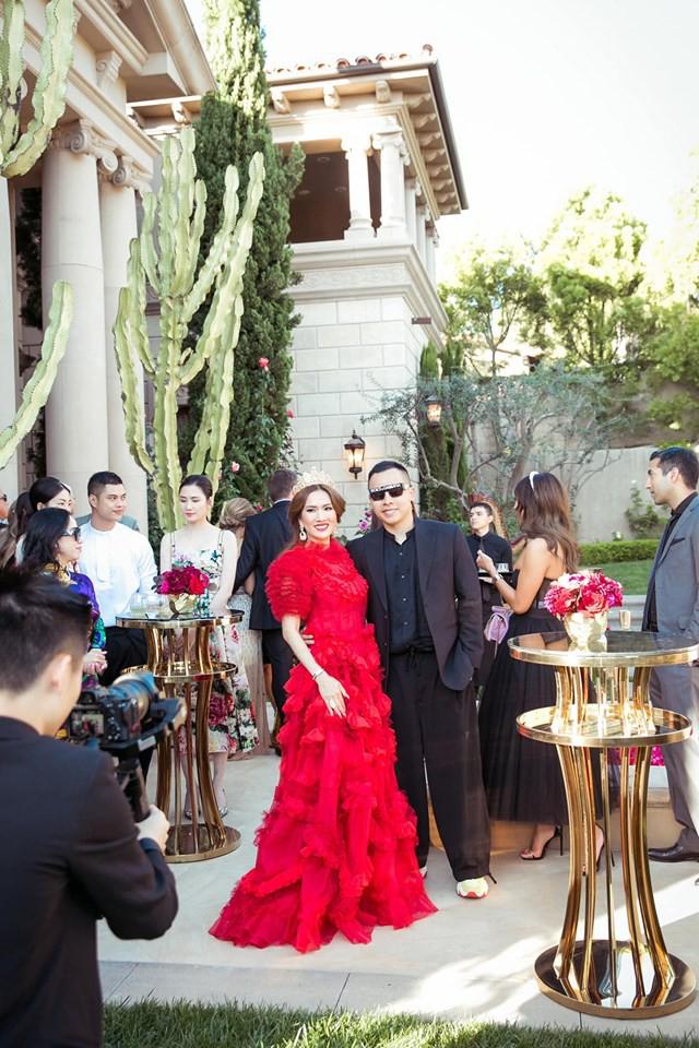 Nữ tỷ phú ở biệt thự 800 tỷ gây choáng với tiệc sinh nhật trải toàn hoa hồng đắt đỏ, cuối buổi còn được chồng tặng siêu xe gây náo loạn đường phố  - Ảnh 9.