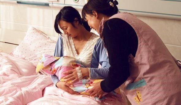 Góc mẹ chồng cực xịn: Bắt con trai hấp tôm hùm cho con dâu, hành động trong phòng hồi sức sau sinh mới gây chấn động! - Ảnh 2.