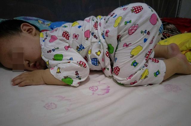 Trẻ nhỏ khi ngủ hay lăn lộn khắp giường có thể liên quan đến 4 nguyên nhân sau, bố mẹ không nên bỏ qua - Ảnh 2.
