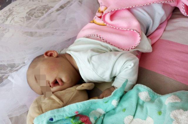Trẻ nhỏ khi ngủ hay lăn lộn khắp giường có thể liên quan đến 4 nguyên nhân sau, bố mẹ không nên bỏ qua - Ảnh 1.