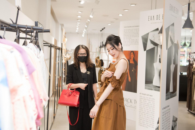 Bắt gặp mẹ con Á hậu Tú Anh và loạt sao Việt shopping trong triển lãm thời trang - Ảnh 3.