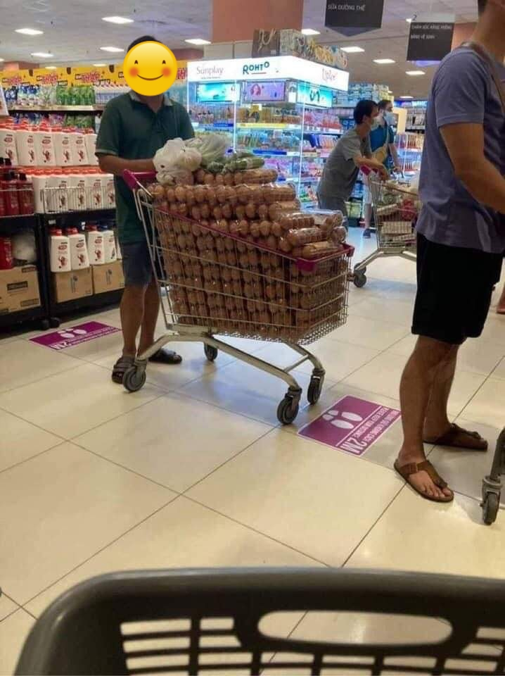 Đang bão MXH bức ảnh thu gom trứng ở siêu thị giữa lúc Sài Gòn căng thẳng vì dịch Covid-19, bạn chọn tìm hiểu thực hư hay hùa theo chỉ trích? - Ảnh 1.