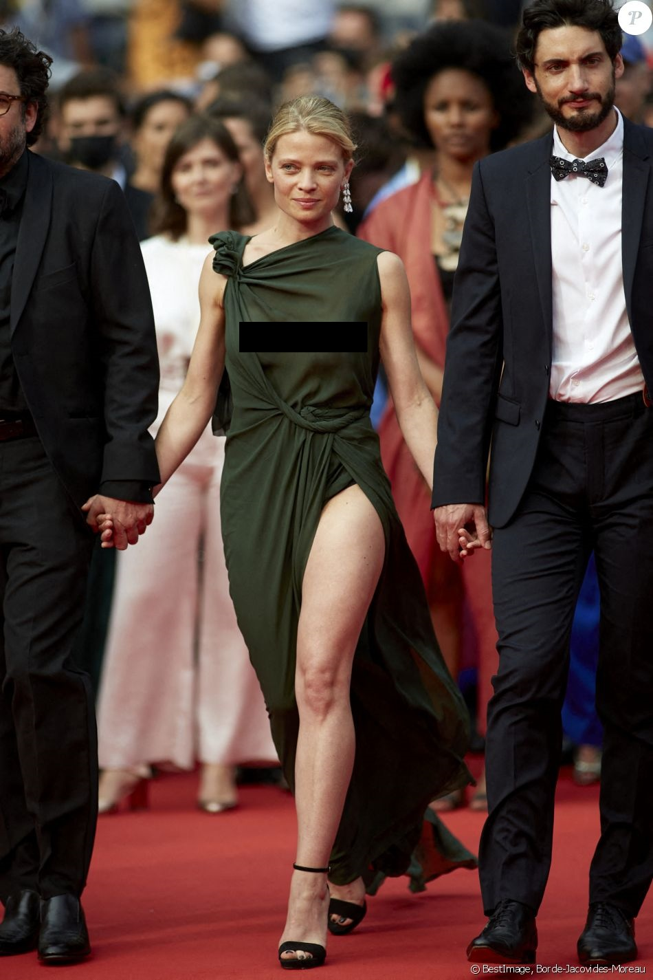 """Minh tinh Pháp liên tiếp """"thả rông"""" trên thảm đỏ Cannes, diện váy mỏng như sương khiến dân tình ngán ngẩm - Ảnh 8."""