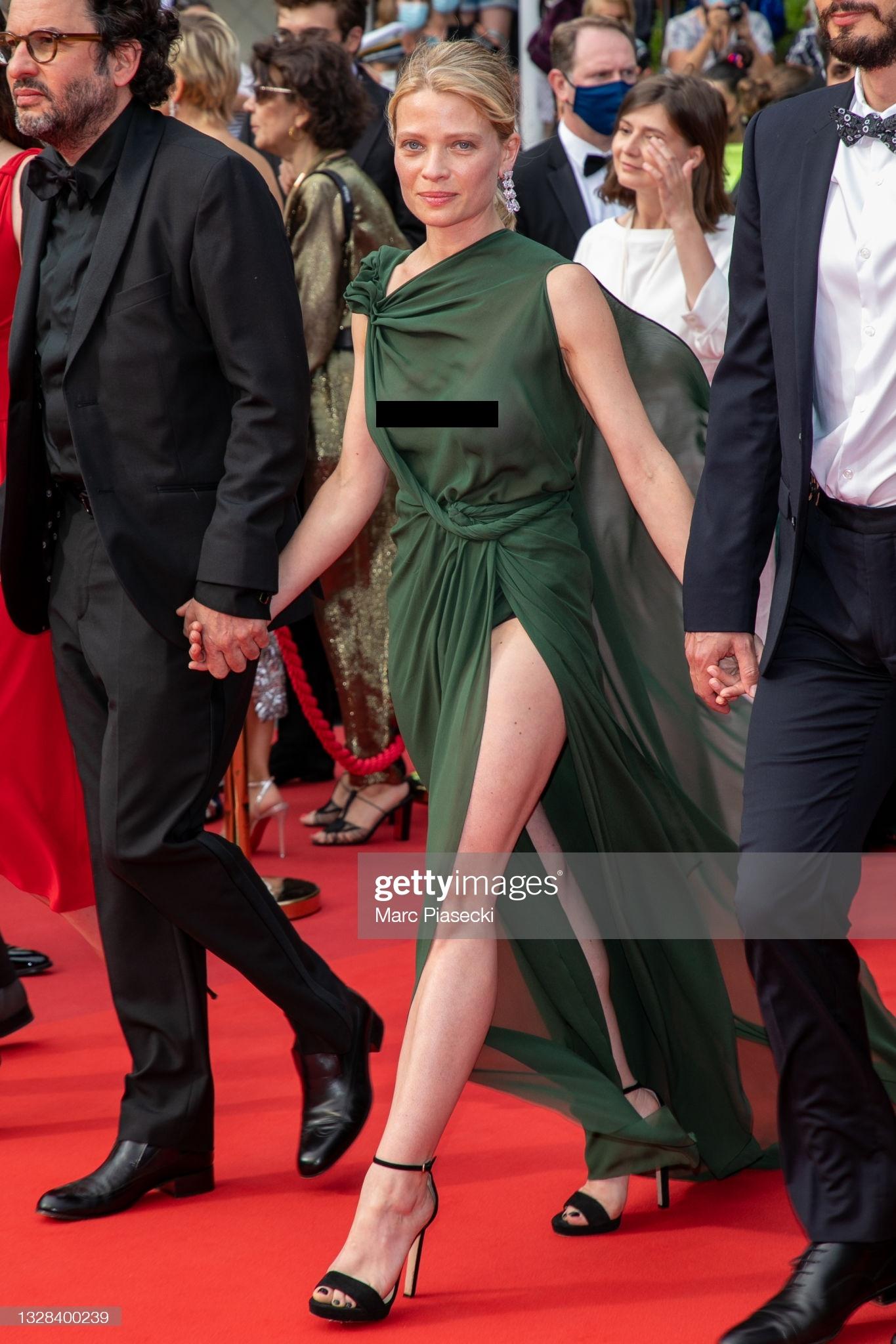 """Minh tinh Pháp liên tiếp """"thả rông"""" trên thảm đỏ Cannes, diện váy mỏng như sương khiến dân tình ngán ngẩm - Ảnh 7."""