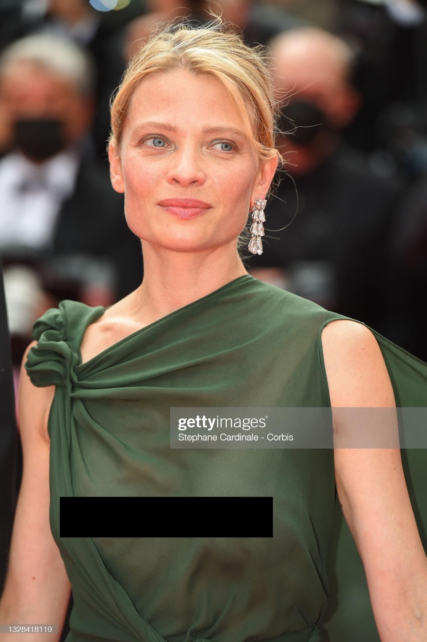 """Minh tinh Pháp liên tiếp """"thả rông"""" trên thảm đỏ Cannes, diện váy mỏng như sương khiến dân tình ngán ngẩm - Ảnh 6."""