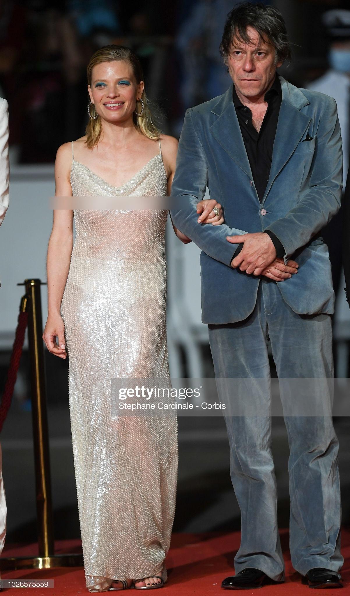 """Minh tinh Pháp liên tiếp """"thả rông"""" trên thảm đỏ Cannes, diện váy mỏng như sương khiến dân tình ngán ngẩm - Ảnh 4."""