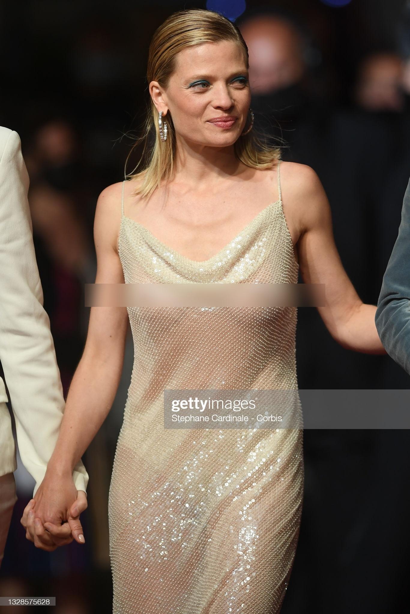 """Minh tinh Pháp liên tiếp """"thả rông"""" trên thảm đỏ Cannes, diện váy mỏng như sương khiến dân tình ngán ngẩm - Ảnh 3."""