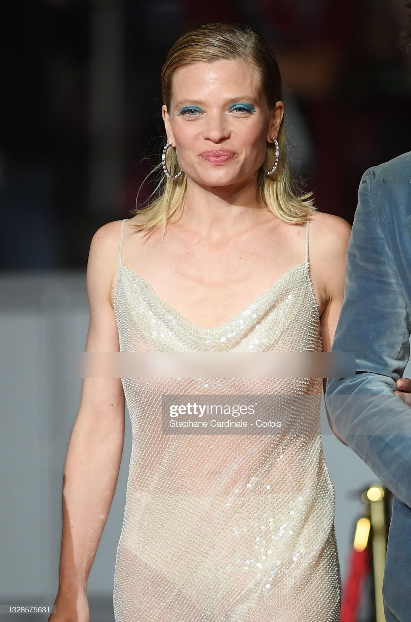 """Minh tinh Pháp liên tiếp """"thả rông"""" trên thảm đỏ Cannes, diện váy mỏng như sương khiến dân tình ngán ngẩm - Ảnh 2."""
