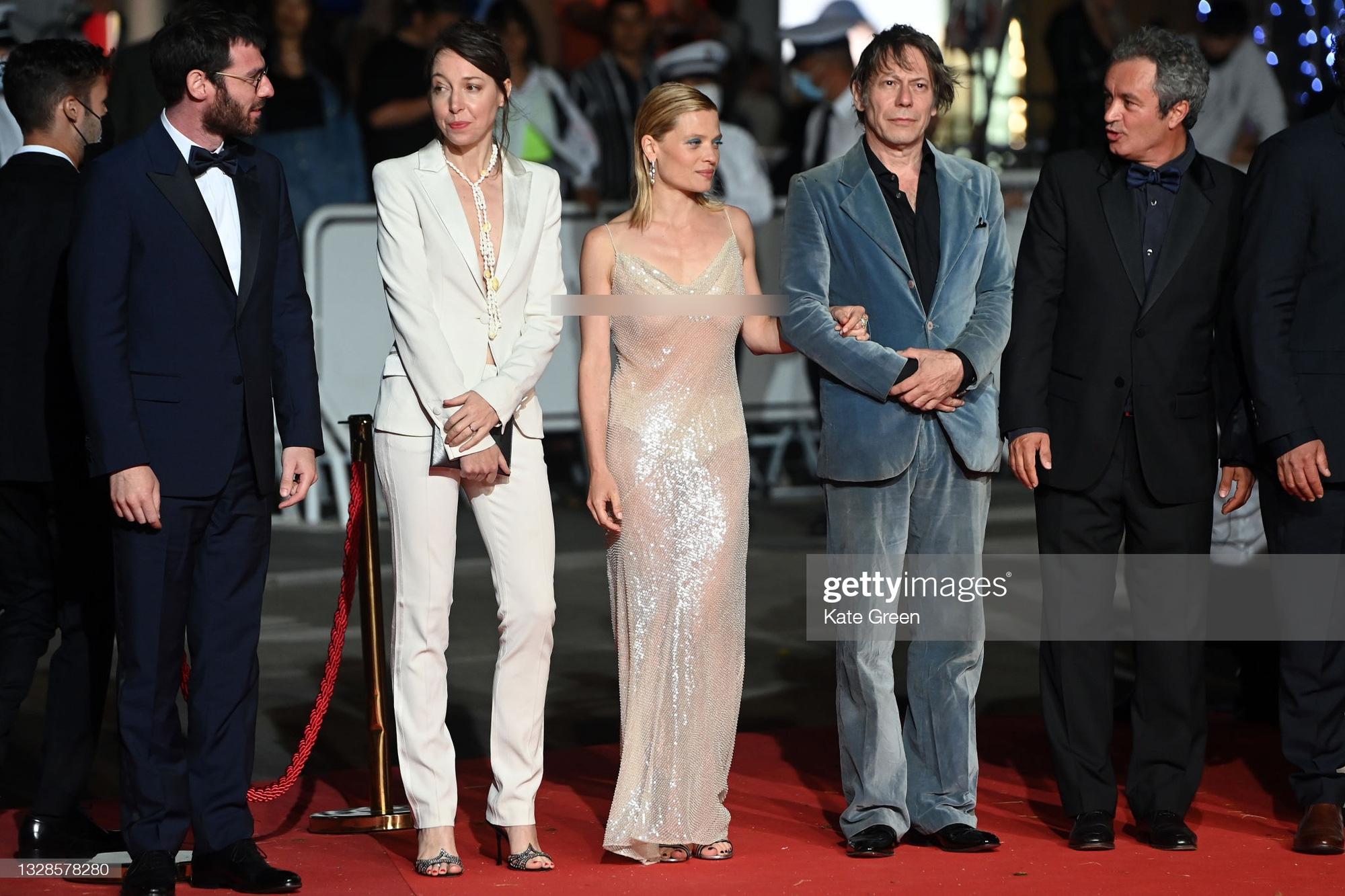 """Minh tinh Pháp liên tiếp """"thả rông"""" trên thảm đỏ Cannes, diện váy mỏng như sương khiến dân tình ngán ngẩm - Ảnh 5."""
