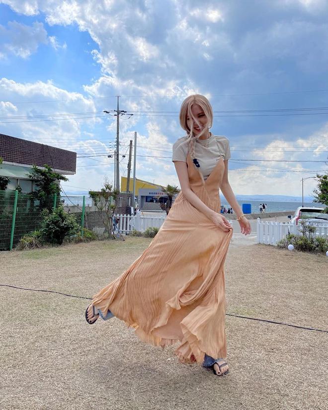 Rosé lại diện mốt váy maxi + quần jeans độc dị, tiếc là lại gây hiểu lầm vì điểm khó nói