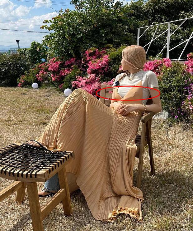 Rosé lại diện mốt váy maxi + quần jeans độc dị, tiếc là lại gây hiểu lầm vì điểm khó nói - Ảnh 4.