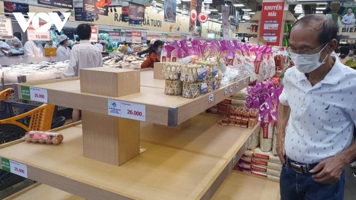 Mỗi khách hàng chỉ được mua 1-3 vỉ trứng gia cầm để tránh gom hàng - Ảnh 1.
