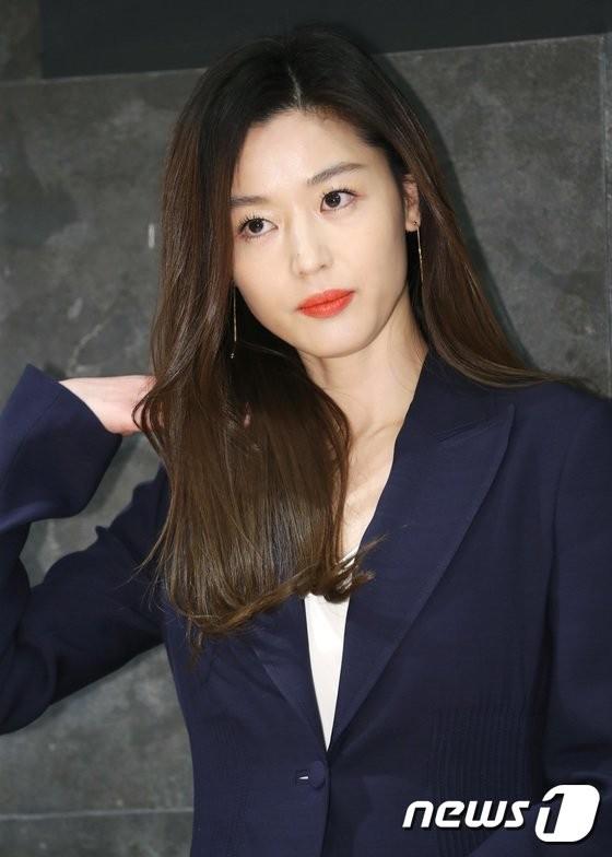 """Mẹ chồng nhiễm Covid-19, tình hình của """"mợ chảnh"""" Jeon Ji Hyun ra sao? - Ảnh 1."""