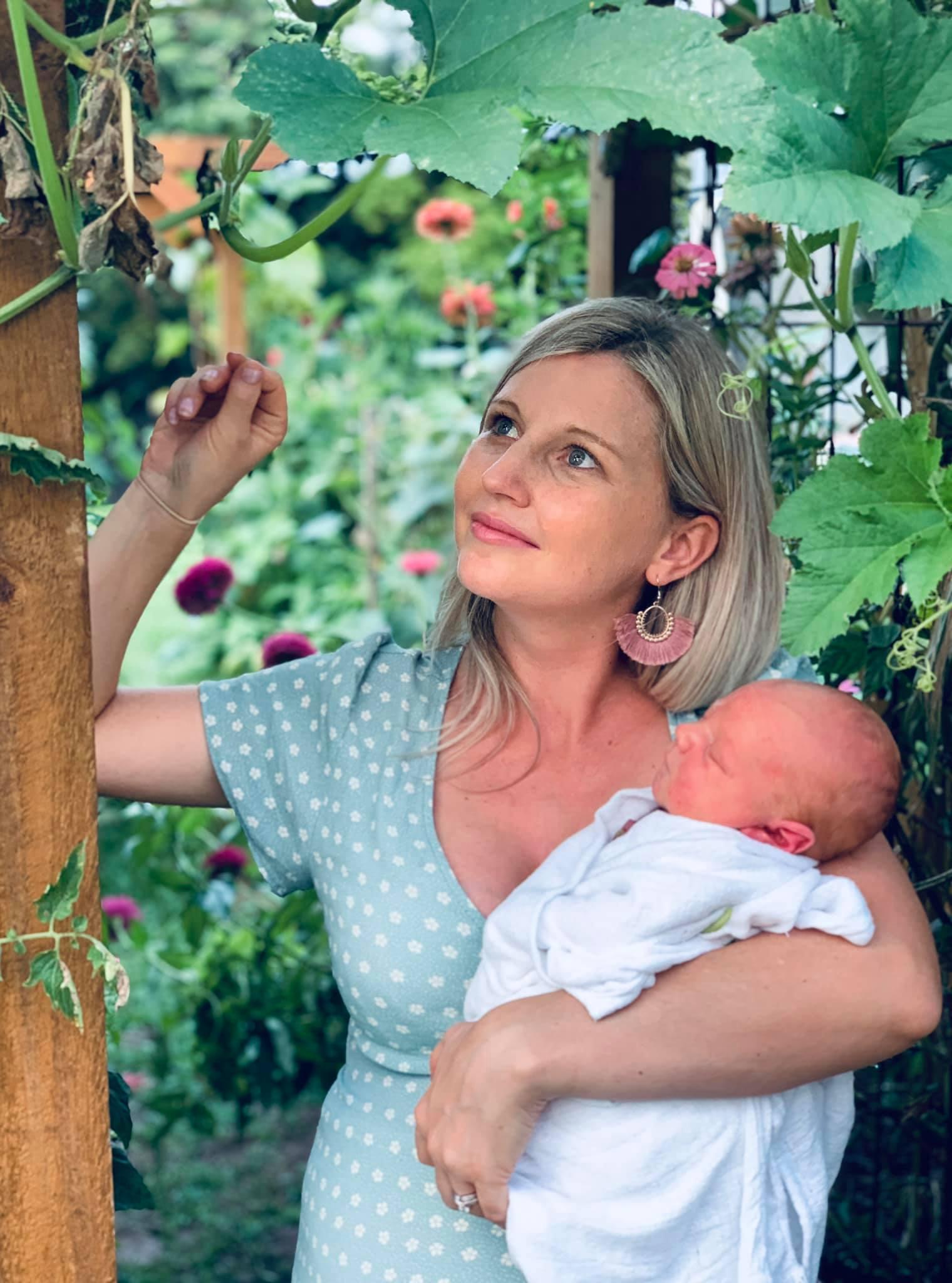 Cuộc sống chỉ có tiếng cười và sự an yên của người mẹ cùng 4 đứa trẻ bên khu vườn ở quê xanh mát quanh năm - Ảnh 2.