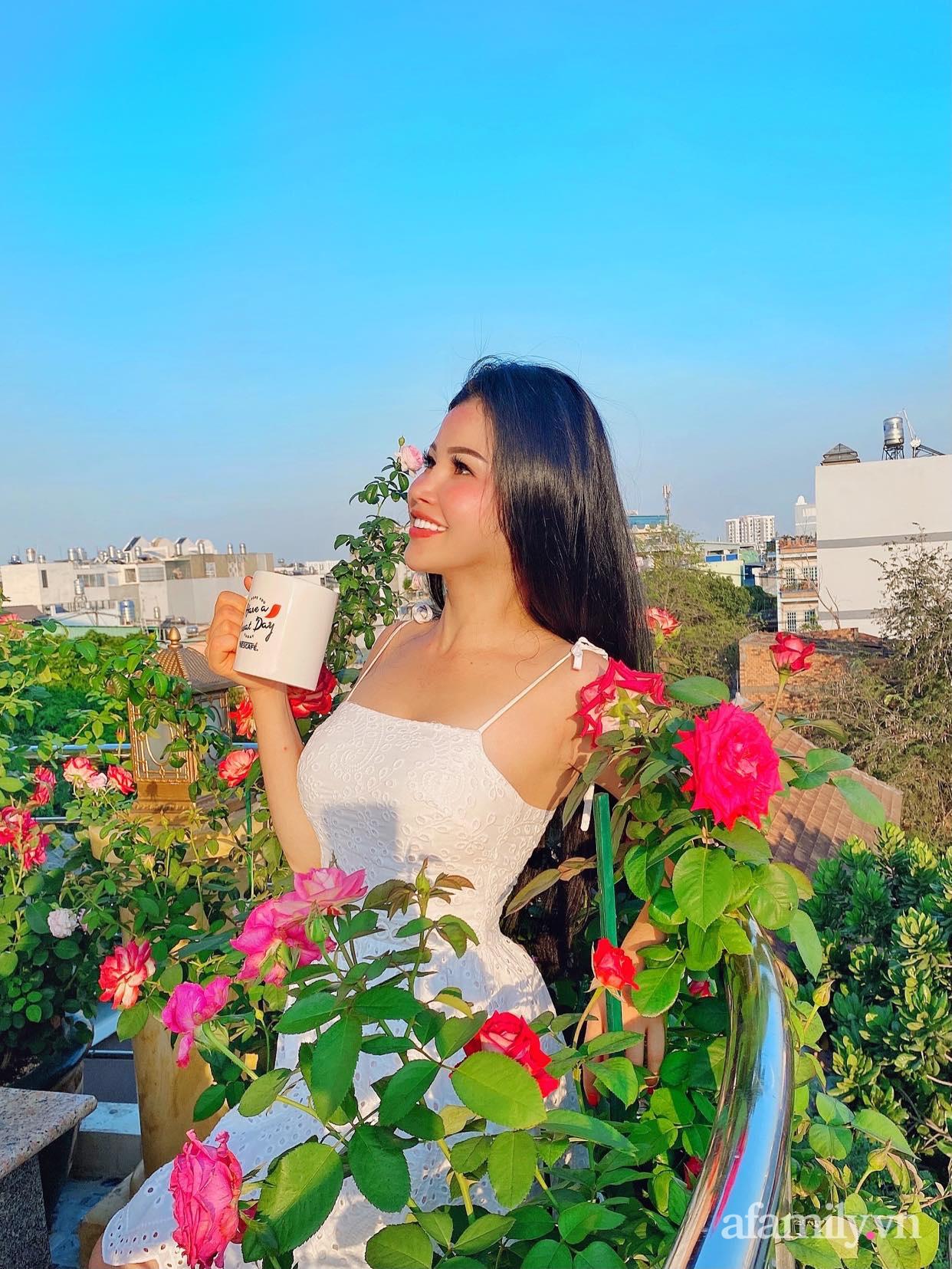 Sân thượng phủ kín hoa hồng và rau quả sạch được chăm chút nhờ bàn tay khéo léo của Hoa hậu Janny Thủy Trần - Ảnh 1.