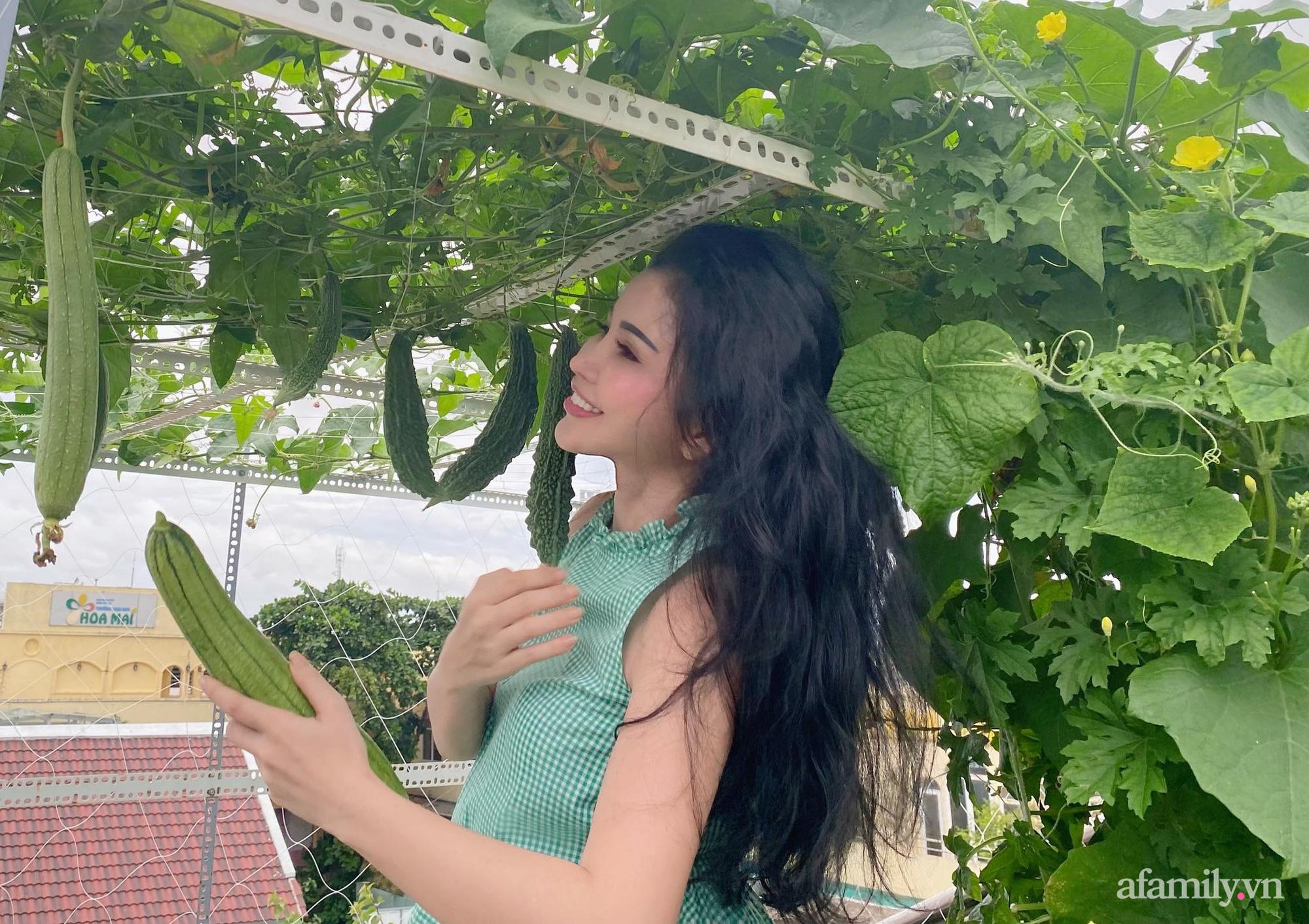 Sân thượng phủ kín hoa hồng và rau quả sạch được chăm chút nhờ bàn tay khéo léo của Hoa hậu Janny Thủy Trần - Ảnh 19.