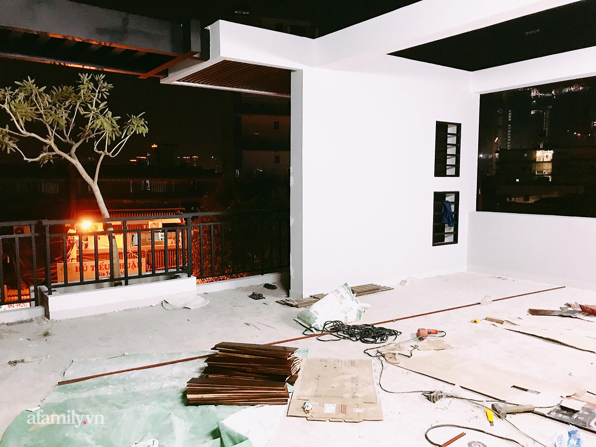 """Quá trình 2 năm phủ xanh căn nhà của một gia đình tại Sài Gòn: Dùng xe cẩu thả cả cây cao 8m từ nóc nhà tầng 3 xuống tầng trệt, biến sân thượng thành """"công viên"""" vì Covid - Ảnh 8."""