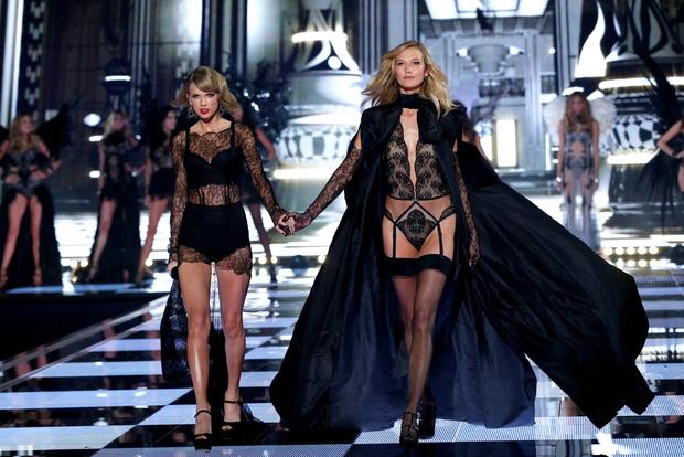 """Taylor Swift tại Victoria's Secret năm xưa: 2 lần đều """"chặt đẹp"""" dàn thiên thần, nhưng lại dấy lên nghi vấn nghỉ chơi với chị em thân thiết? - Ảnh 8."""