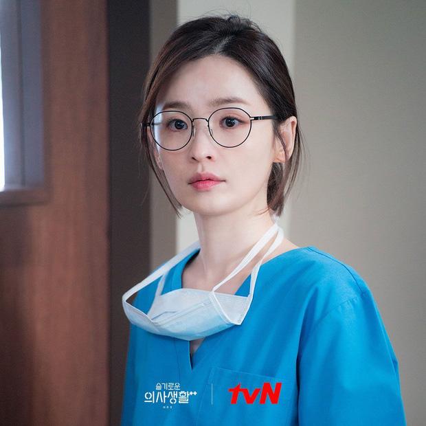 Nhìn giản dị nhưng giáo sư Song Hwa (Hospital Playlist 2) đã chi hẳn 80 triệu để mua 5 chiếc đồng hồ na ná nhau - Ảnh 1.