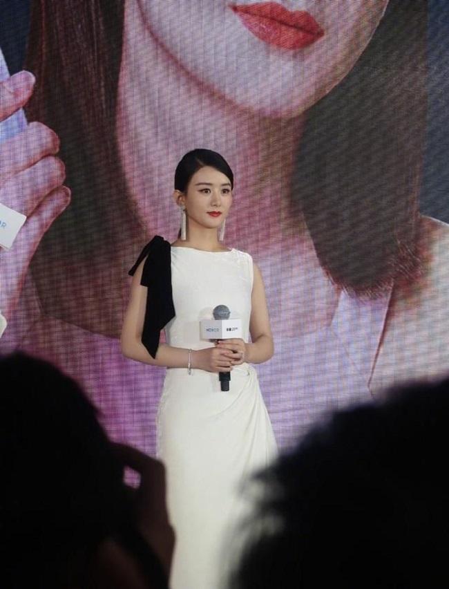 Loạt ảnh trong sự kiện đầu tiên của Triệu Lệ Dĩnh sau khi sinh con bị khui lại, được khen trẻ như học sinh cấp 3 - Ảnh 1.