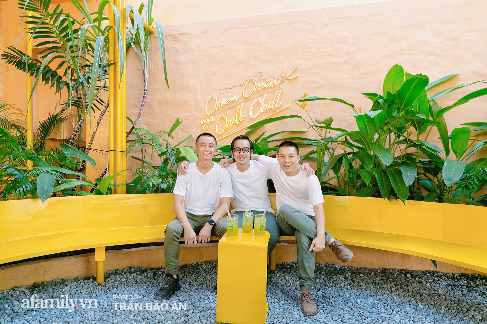 """""""Tuyên chiến Covid"""" 3 chàng trai mở cửa tiệm nước mía lạ nhất Sài Gòn, ai đi qua cũng trầm trồ """"đẹp như khu vui chơi""""! - Ảnh 6."""
