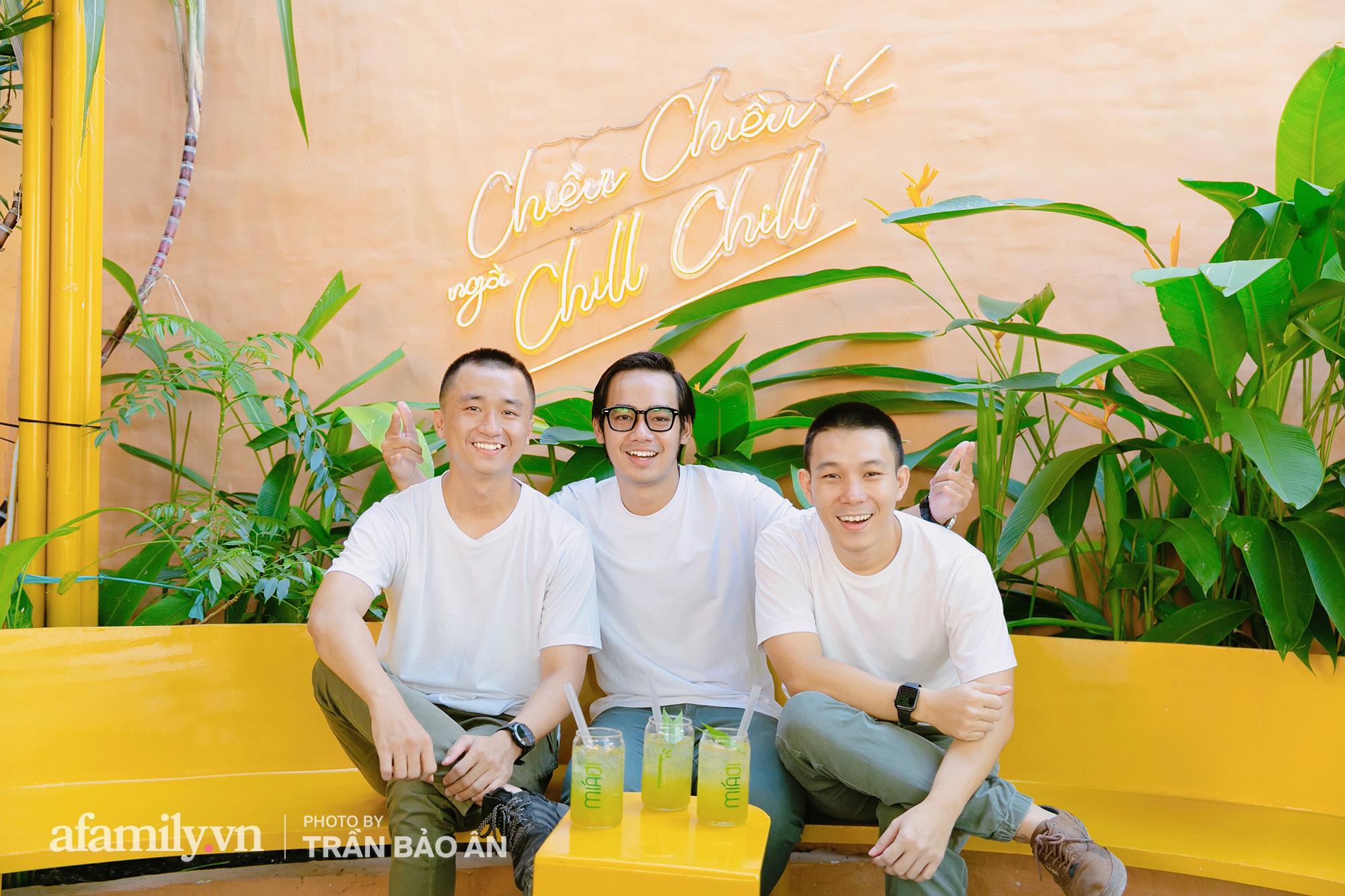 """3 chàng trai sở hữu tiệm nước mía lạ nhất Sài Gòn, ai đi qua đều trầm trồ vì """"đẹp vầy tưởng công viên"""",  - Ảnh 1."""