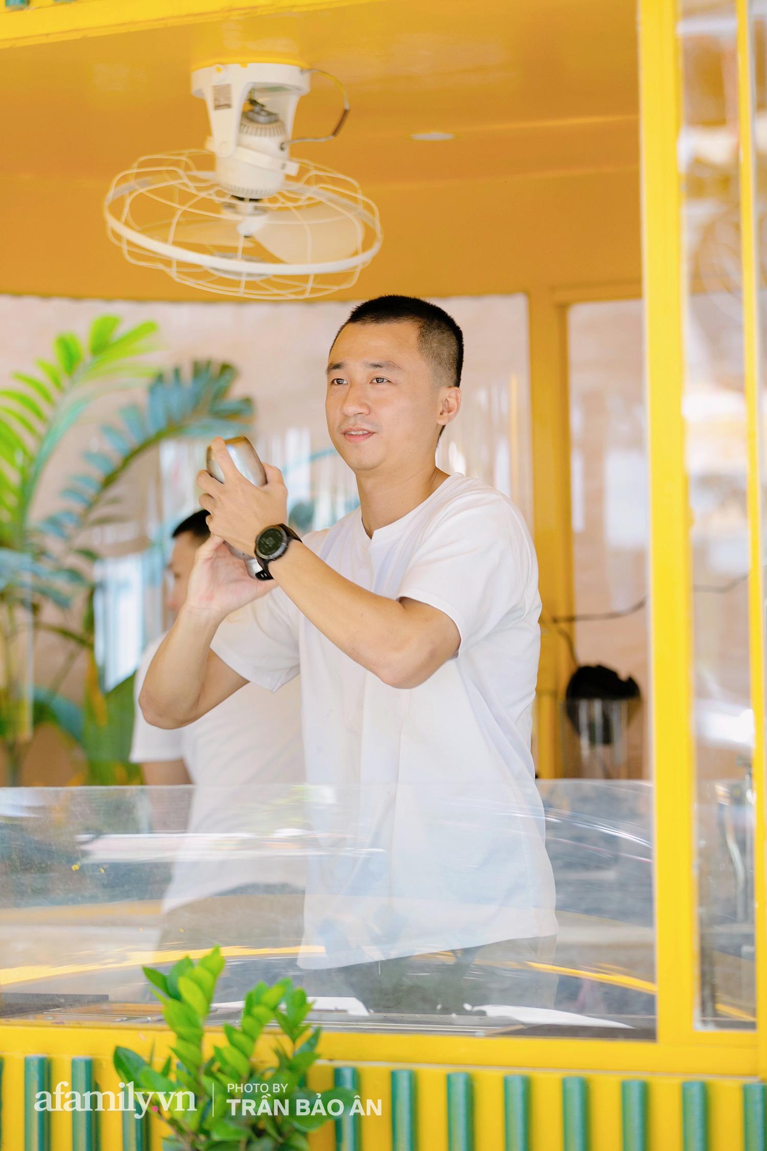 """""""Tuyên chiến Covid"""" 3 chàng trai mở tiệm nước mía lạ nhất Sài Gòn, ai đi qua cũng trầm trồ """"đẹp như khu vui chơi""""! - Ảnh 13."""