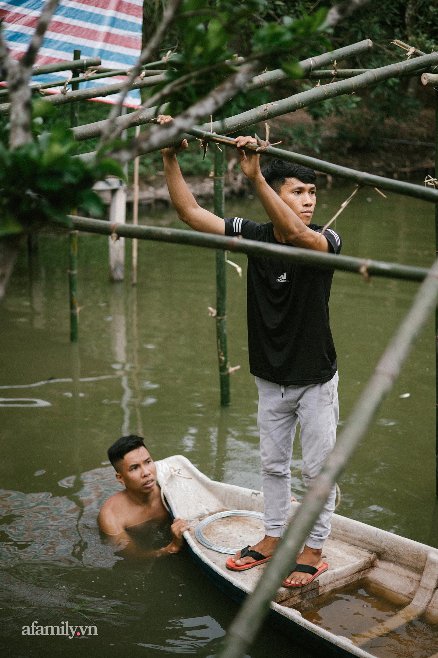 Chui tuốt vô vườn để ăn món GÀ QUAY bằng CHIẾC LU HƠN 100 NĂM tại Cần Thơ, đặc sản nổi tiếng của miền Tây nhưng hot lên tới tận Sài Gòn! - Ảnh 6.