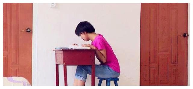 Nữ sinh nghèo đỗ ĐH Y, đài truyền hình đến nhà phỏng vấn: Vừa nhìn thấy chiếc hộp trên bàn học, cả đoàn lặng im thin thít - Ảnh 2.