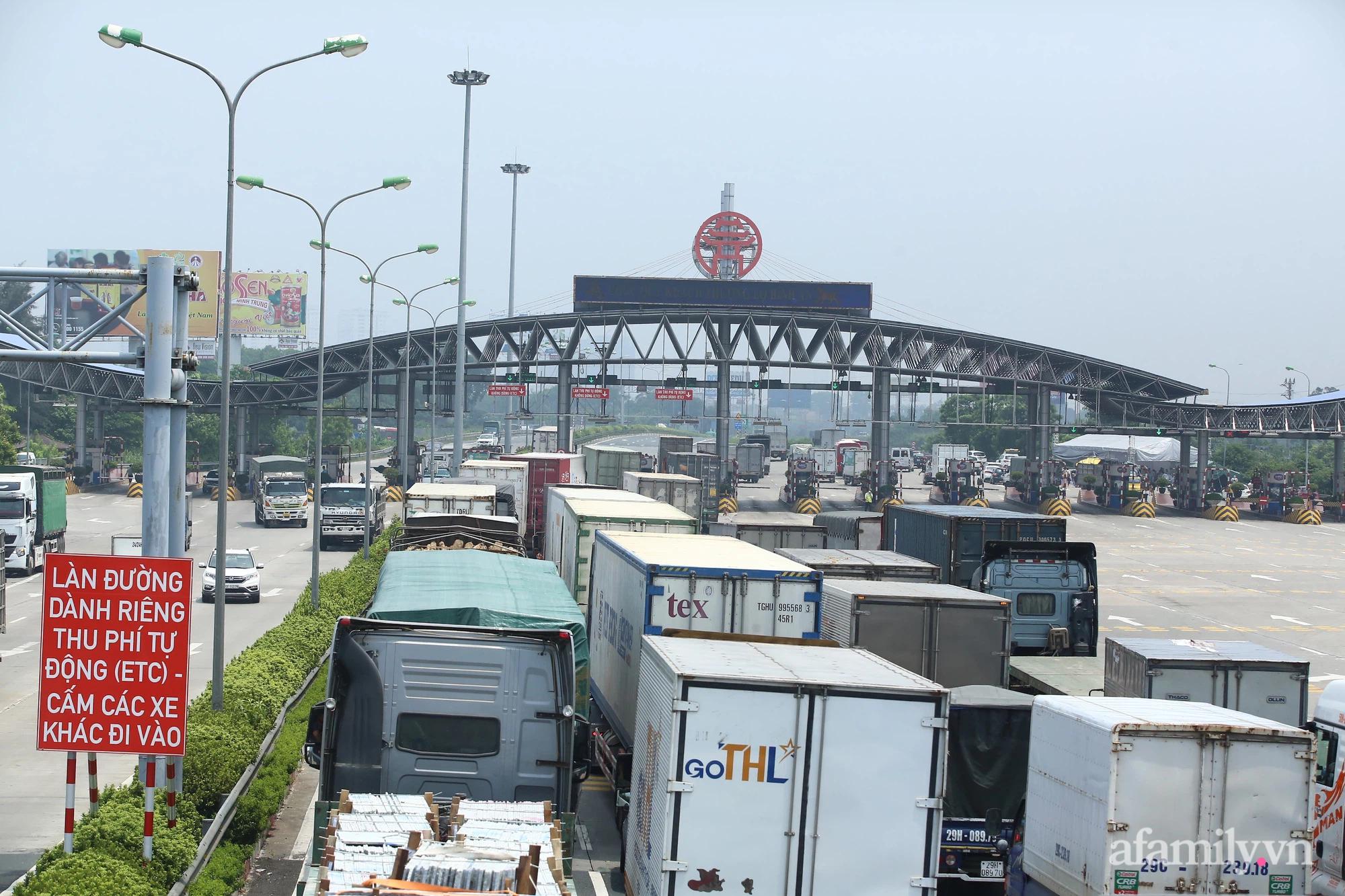 Hà Nội chỉ đạo khẩn để làm giảm ùn tắc ở 22 chốt kiểm dịch ra vào cửa ngõ Thủ đô - Ảnh 1.