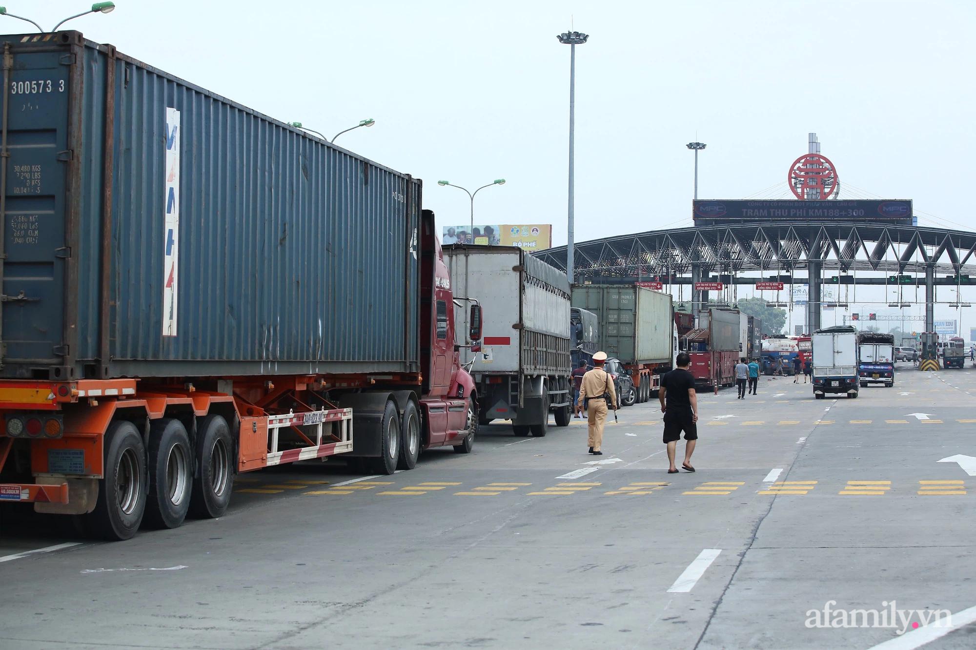 Hà Nội chỉ đạo khẩn để làm giảm ùn tắc ở 22 chốt kiểm dịch ra vào cửa ngõ Thủ đô - Ảnh 2.