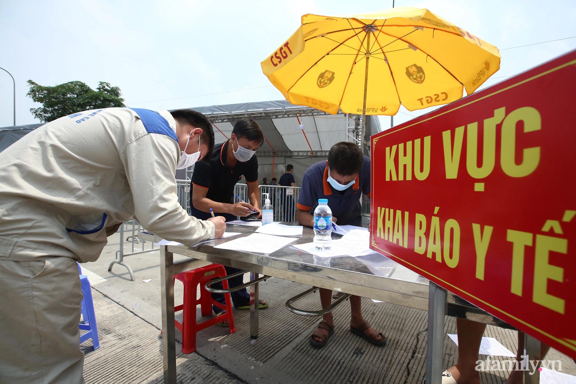 Hà Nội chỉ đạo khẩn để làm giảm ùn tắc ở 22 chốt kiểm dịch ra vào cửa ngõ Thủ đô - Ảnh 3.