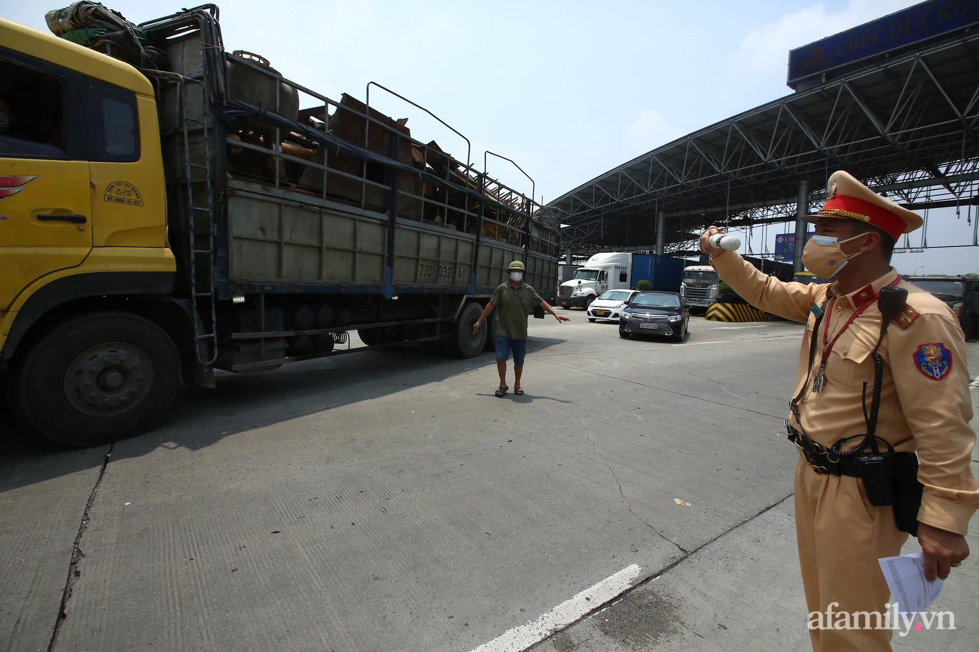 Hà Nội chỉ đạo khẩn để làm giảm ùn tắc ở 22 chốt kiểm dịch ra vào cửa ngõ Thủ đô - Ảnh 4.