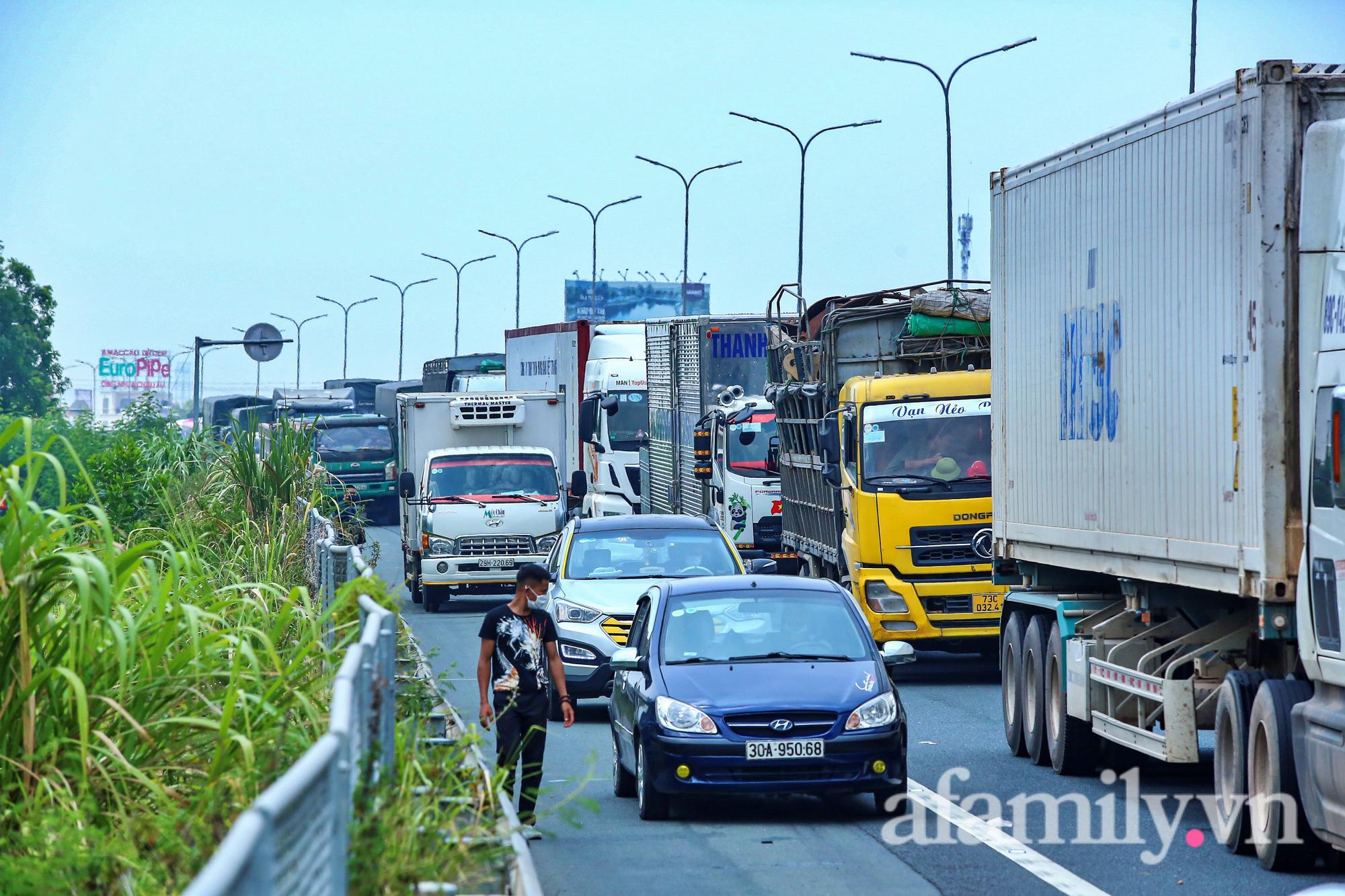 Chốt kiểm dịch Pháp Vân - Cầu Giẽ ùn xe gần chục cây số, nhiều tài xế thiếu giấy xét nghiệm - Ảnh 7.