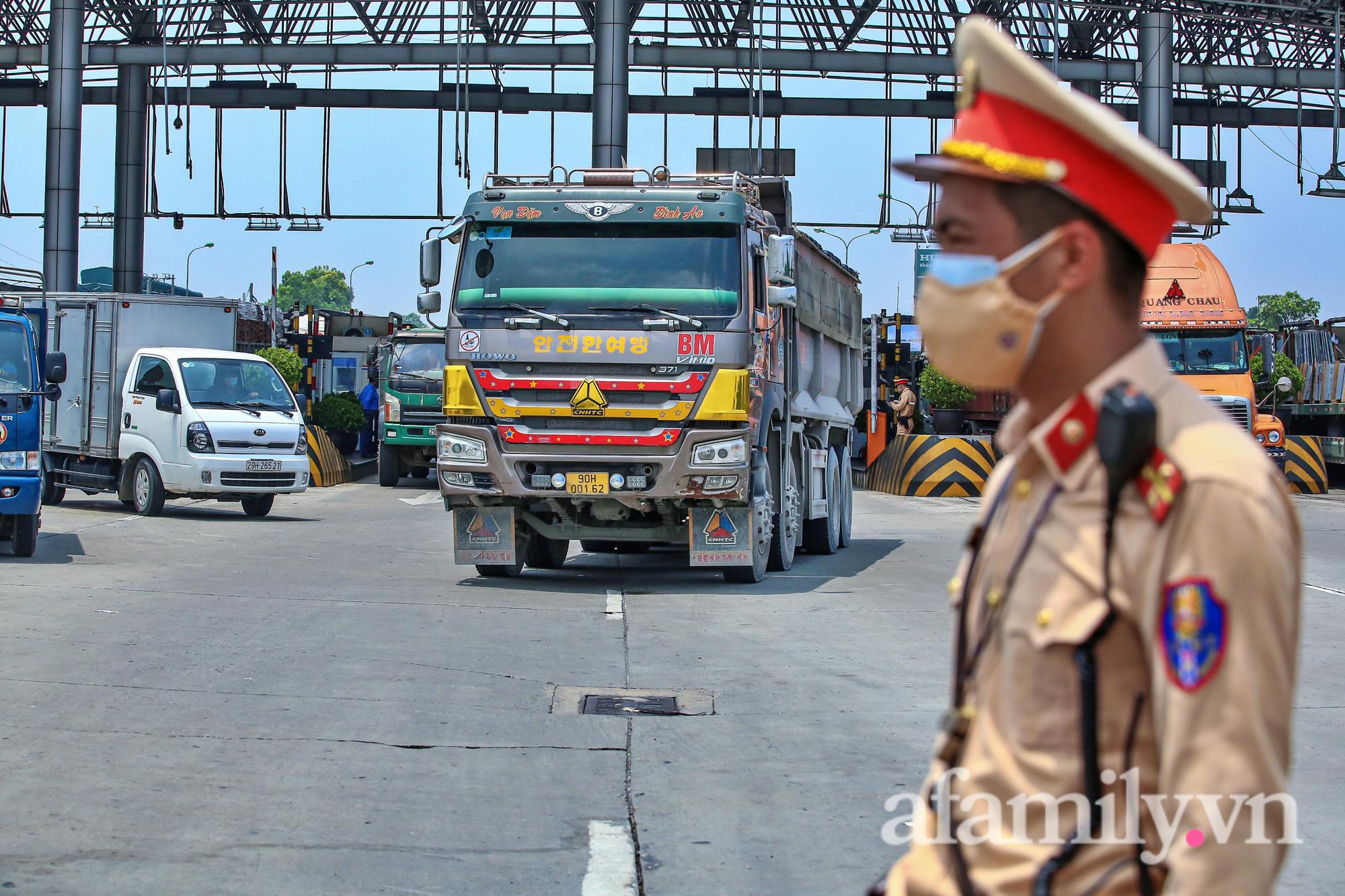 Chốt kiểm dịch Pháp Vân - Cầu Giẽ ùn xe gần chục cây số, nhiều tài xế thiếu giấy xét nghiệm - Ảnh 14.
