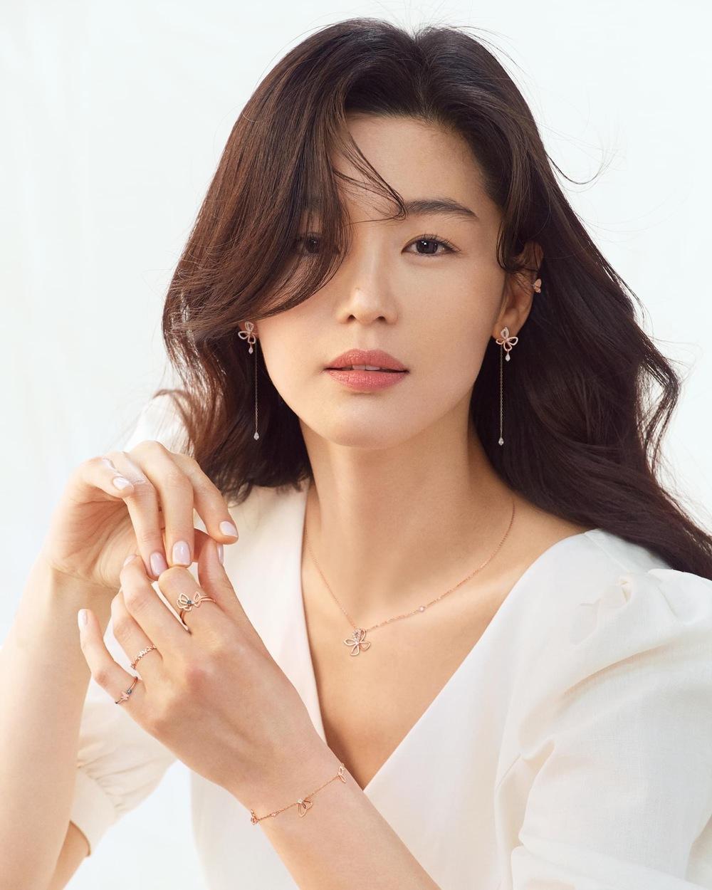 """Sau tin đồn ly hôn, Jeon Ji Hyun khiến dân tình """"hết hồn"""" với tóc tai mà makeup chán đời chưa từng thấy - Ảnh 2."""
