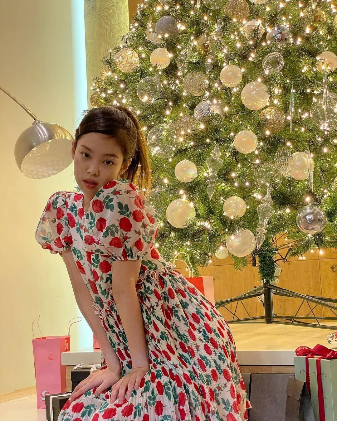 Chẳng ngờ sang chảnh như Jennie cũng bị 2 kiểu váy này hại tơi tả: Vừa dừ vừa lộ nhược điểm body - Ảnh 7.