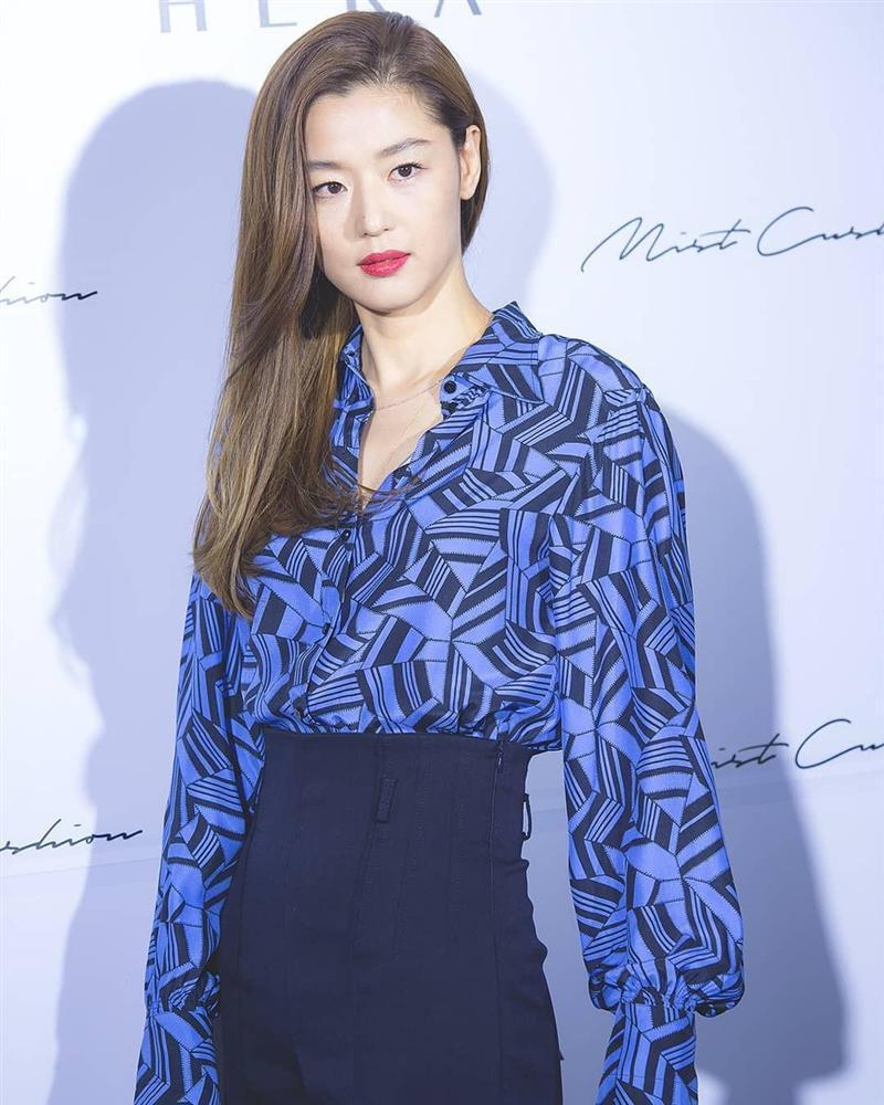 """Sau tin đồn ly hôn, Jeon Ji Hyun khiến dân tình """"hết hồn"""" với tóc tai mà makeup chán đời chưa từng thấy - Ảnh 10."""