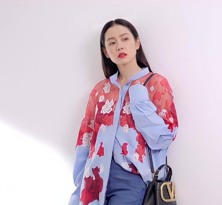 Son Ye Jin đại chiến Quan Hiểu Đồng khi diện áo na ná: Chị Đẹp lên đồ dìm dáng, mờ nhạt hơn hẳn bạn gái Luhan - Ảnh 3.