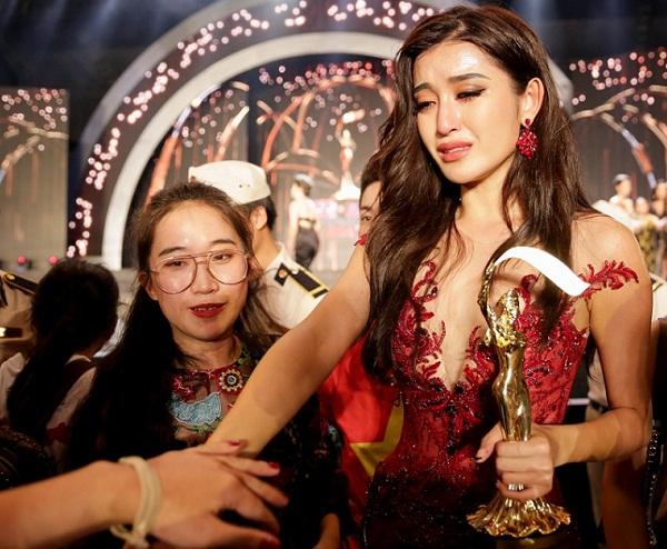 Huyền My lần đầu tiết lộ chuyện hậu trường khiến cô bật khóc nức nở và gây tranh cãi trong chung kết Miss Grand International 2017 - Ảnh 2.
