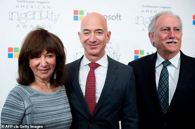 """Tiết lộ người phụ nữ được tỷ phú Amazon ôm lấy đầu tiên khi quay về đất liền an toàn, """"kẻ thứ 3"""" cũng phải nhường chỗ - Ảnh 2."""