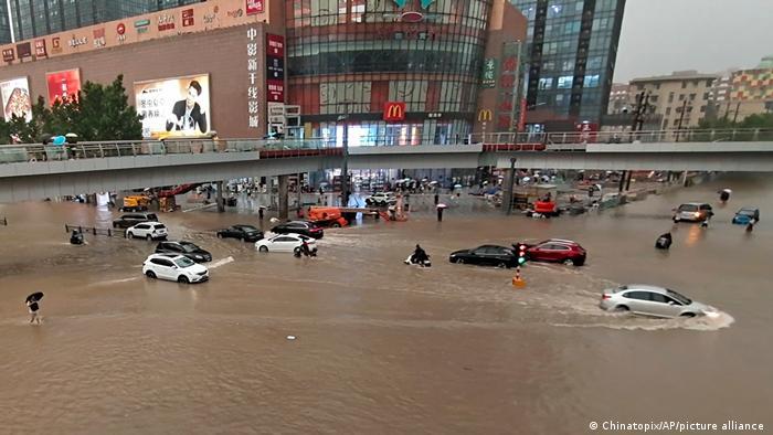 Trung Quốc cho nổ đê để giải phóng nước lũ - Ảnh 4.