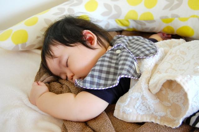 Trẻ bị ra mồ hôi trộm khi ngủ, bố mẹ lo lắng do thiếu canxi và suy nhược cơ thể? Điều này là đúng hay sai? - Ảnh 3.