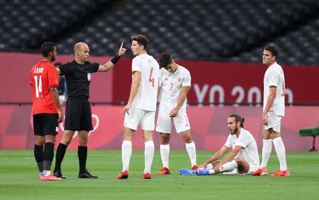 Olympic Ai Cập chơi thô bạo, Olympic Tây Ban Nha mất 2 trụ cột - Ảnh 1.